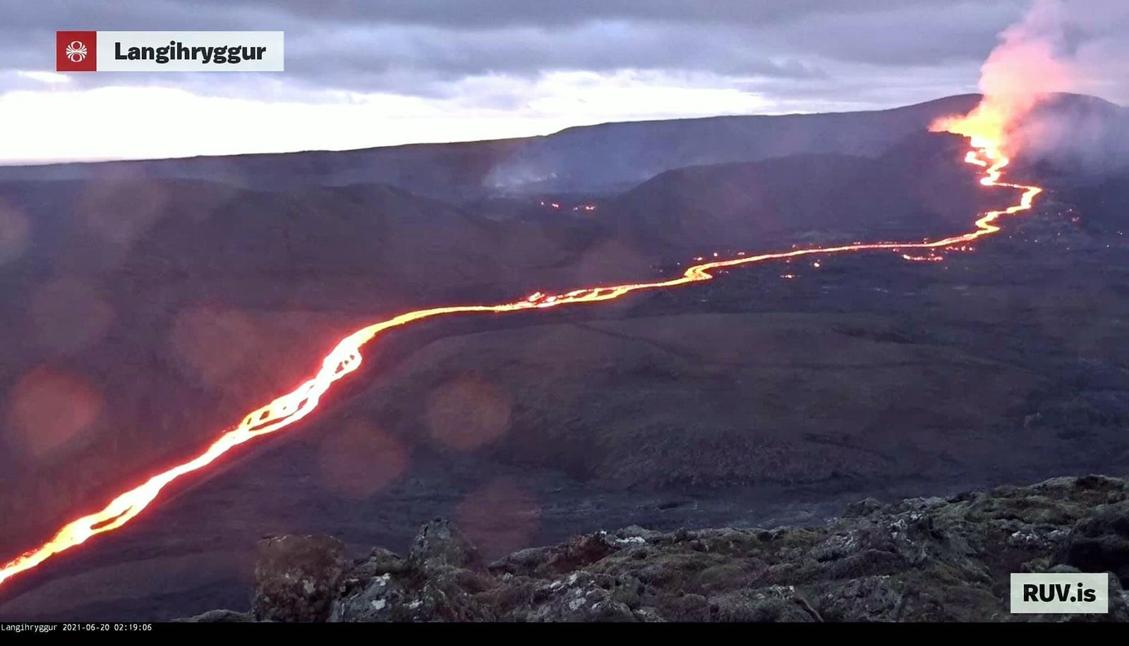 Fagradalsfjall - the active cone and the lava flow on 06.20.2021 / 02:19 - RUV webcam - one click to enlarge