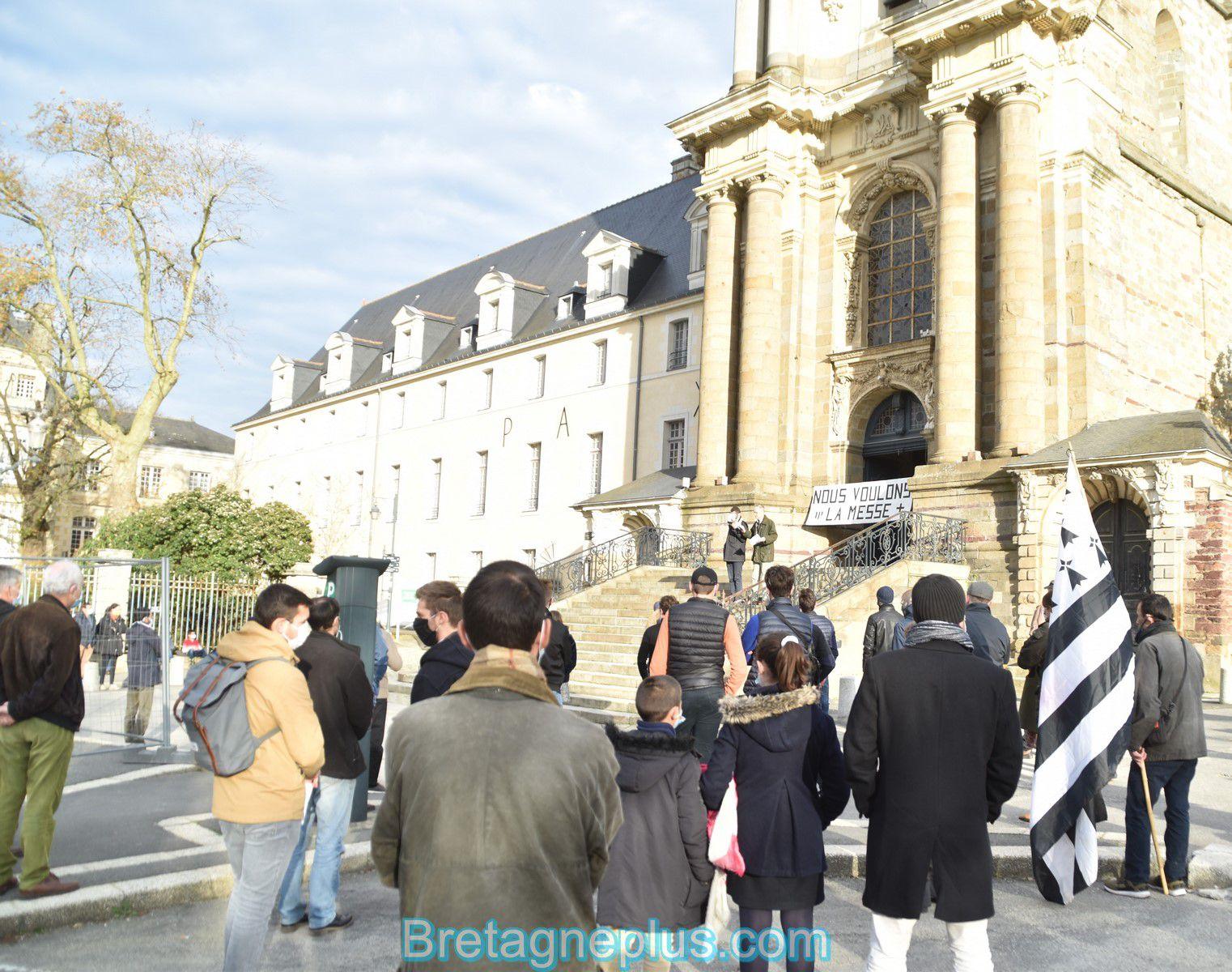 troisième rassemblement contre l' interdiction des messes à Rennes