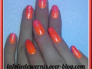 Dégradé orange et rose fluo à l'éponge avec par dessus des petites paillettes argentées. A gauche c'est à la lumière normale et a droite sous une lumière ultra-violet ! Fait par Chloé.
