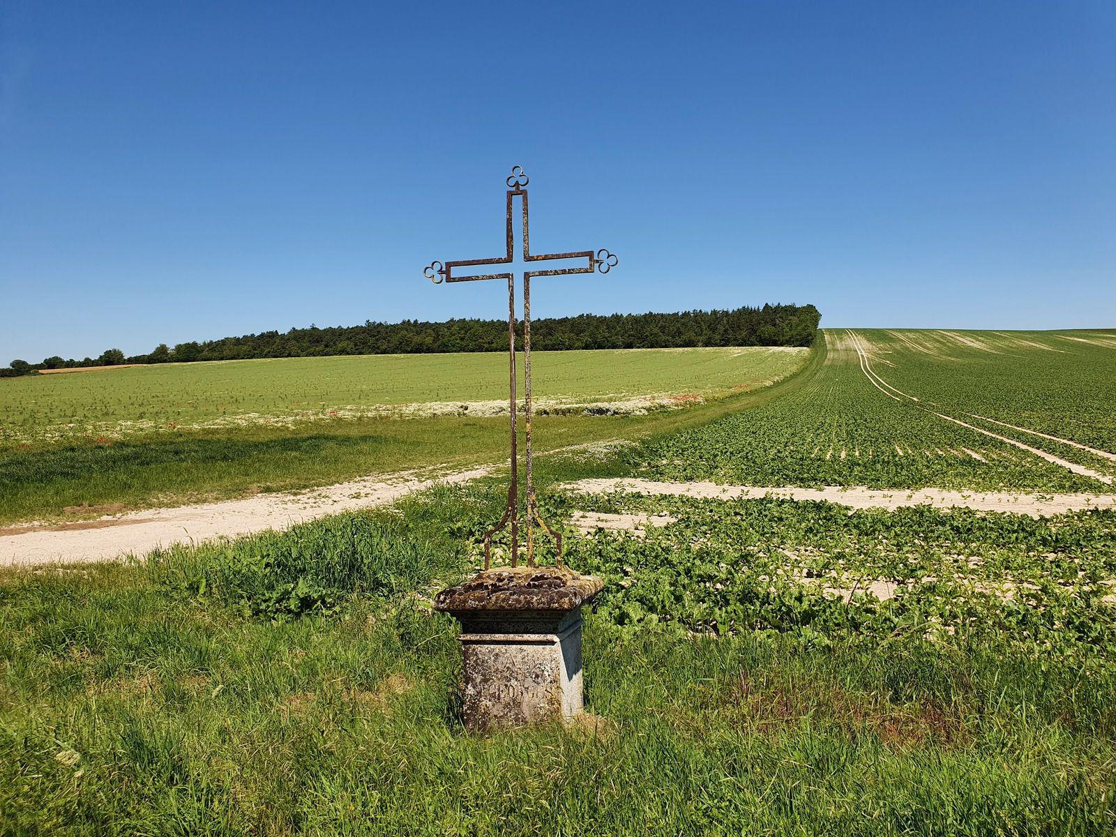 Le Mont Aigu et croix dédiée à Saint-Georges, à Rosnay-l'Hôpital