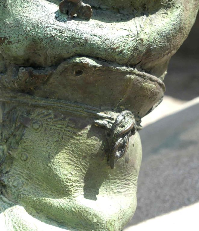 Voici quelques-uns des nombreux détails visibles sur la statue