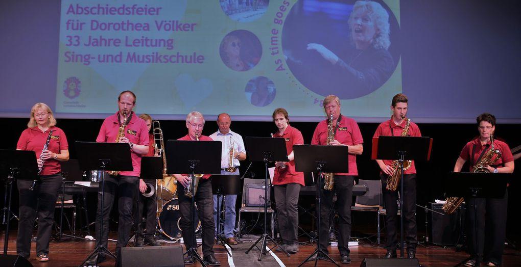 """Die Bigband der SMSV brachte alle zum Swingen mit Benny Goodmans Evergreen  """"Sing, sing, sing"""". Vor dem rauschenden Finale empfahlen die Musiker Völker später  musikalisch """"Fly me to the moon"""""""