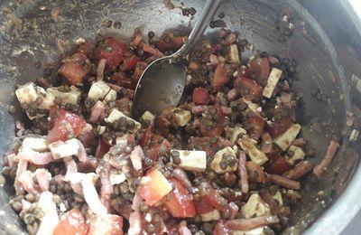 Salade de lentilles , tomates feta et lardons