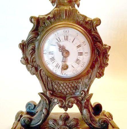 Pendulette en bronze XIXème style Louis XV.
