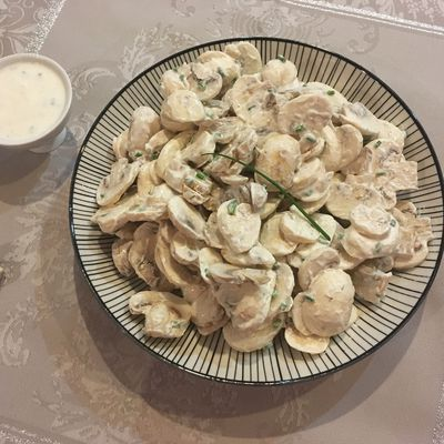 Salade de champignons, sauce yaourt citronnée