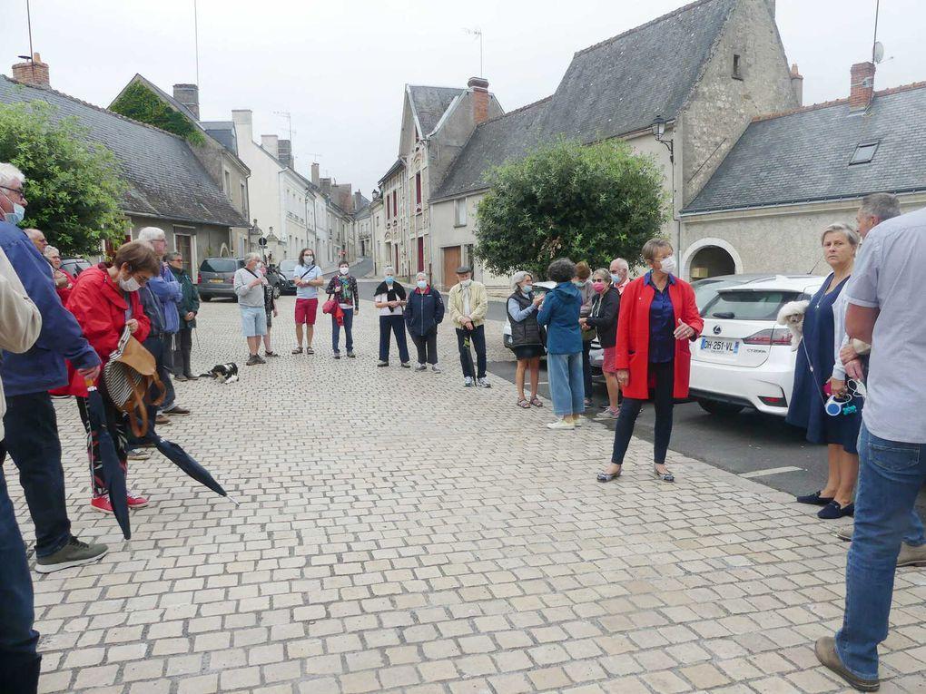 Les visiteurs devant l'Hôtel de Ville