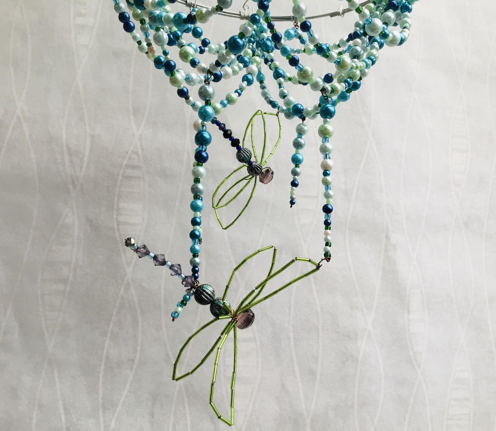 Abat jour original en perles de verre nacrées et libellules en perles.structure en fer . 23 cm diamètre, 40 cm hauteur totale.