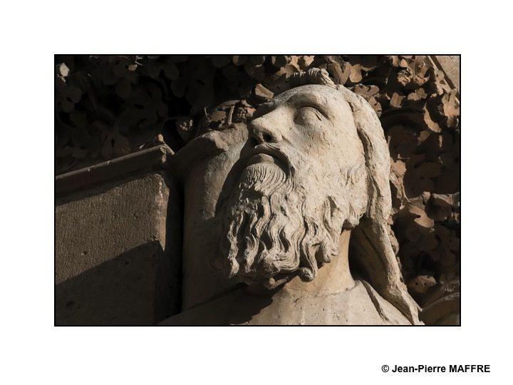 Le célèbre sourire de l'ange de Reims ne doit pas faire oublier les merveilles qui l'entourent comme tous ces visages sculptés pleins de vie et de vérité.