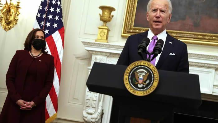 Le président américain Joe Biden s'exprime aux côtés de la vice-présidente Kamala Harris, lors d'un événement à la State Dining Room de la Maison Blanche, le 21 janvier 2021, à Washington. (ALEX WONG / GETTY IMAGES NORTH AMERICA / AFP)