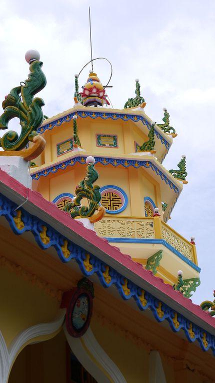 Sur la route de Cai Be (marché flottant des grossistes). Une belle étape fleurie avec des orchidées, des frangipaniers et l'arbre du voyageur...nous nous arrêtons dans un temple caodaiste. C'est une religion qui associe beaucoup d'autres.Nous allons ensuite voir le marché flottant de Cai Be avec ses gros bateaux chargés de fruits...Le midi nous nous arrêtons chez l'habitant, au bord du fleuve pour déguster le poisson éléphant.Nous logeons chez  un autre habitant en fin de journée. Le soir, nous avons participé à la préparation de nems fris (avec de la pâte de riz très légère comme de la dentelle). C'est une spécialité du Mékong. Ils sont aussi très habile pour sculpter les légumes (ici de la papaye) comme éléments de décoration. Les maisons sont en bois. Pas de climatisation mais des ventilateurs. Au matin suivant, nous sommes allés tous ensemble à vélo le long des arroyos en empruntant des petits sentiers étroits.