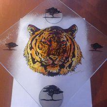 "1597  - Plat en verre (dims 30 x 30 cm)  motif ""Tigre""              Fr.  80.--"