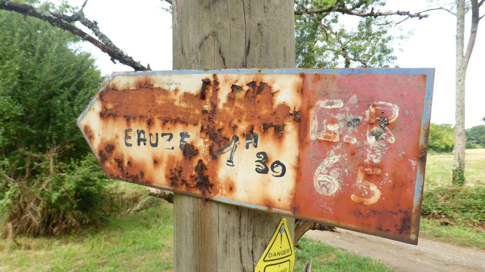 On retrouve encore d'anciens panneaux du GR65.