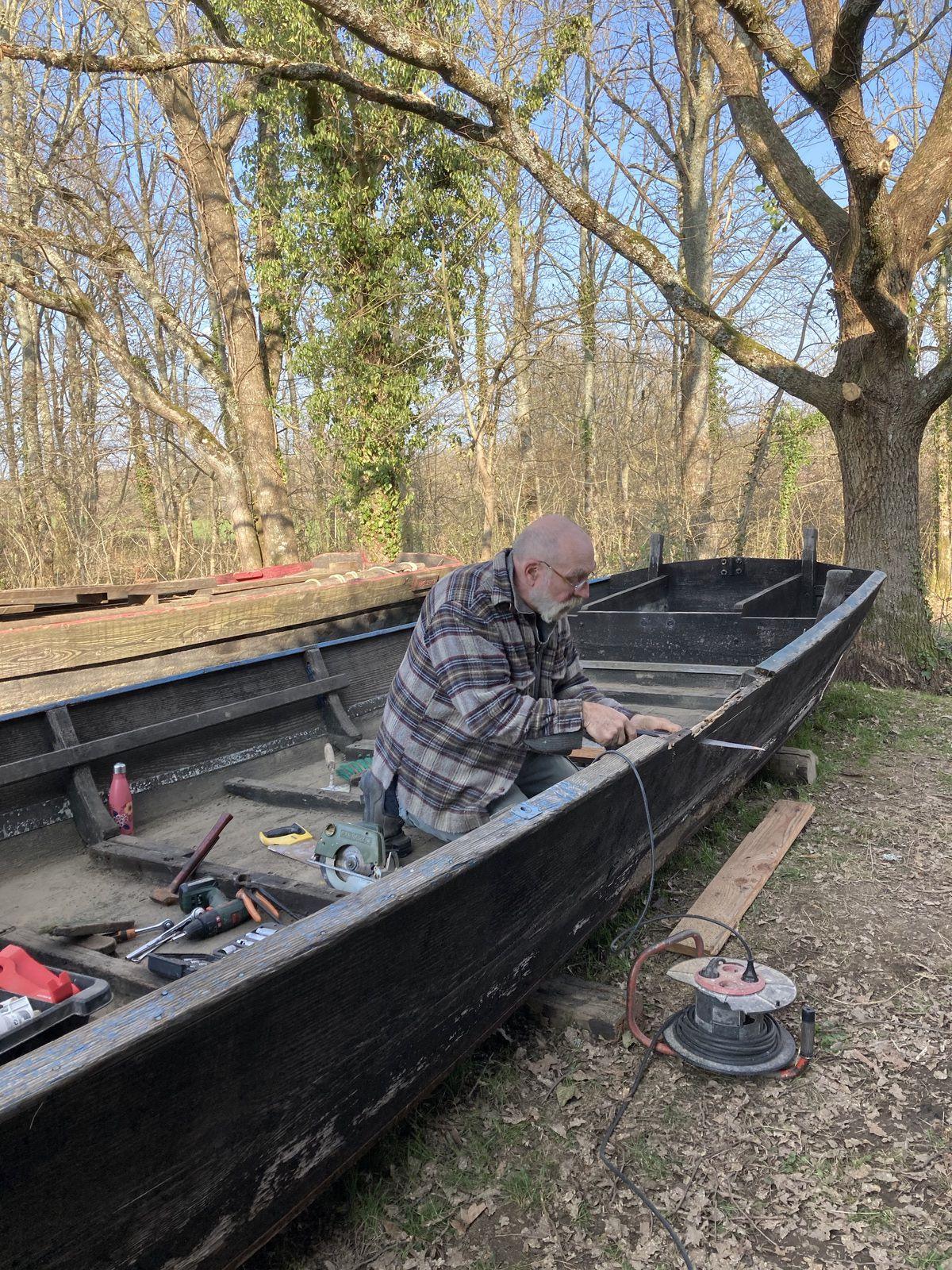 Les vies d'un bateau : Jean-Marc dit Freu travaille sur l'ancien bateau de Stéph le Sapeur dont la nouvelle devise sera bientôt exprimée et expliquée...