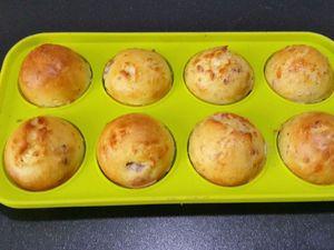 3 - Recouvrir avec l'autre partie du moule et fermer. Si vous n'avez pas assez de moules à pop cakes, répartir le reste de la préparation dans de petits moules rectangulaires. Placer le tout au four th 6 pour 15 à 17 mn environ.