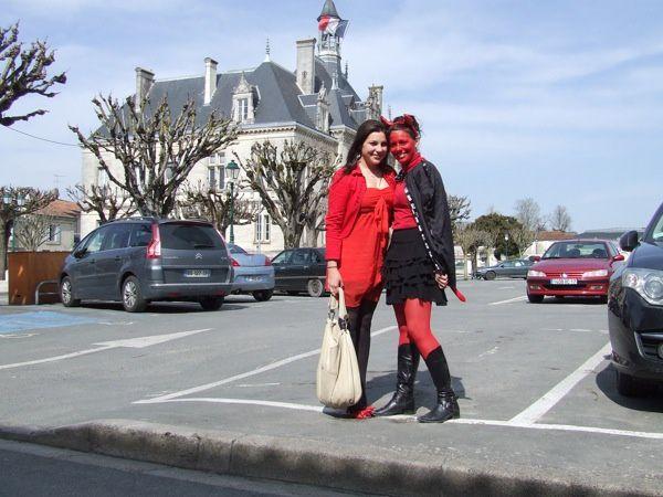 """Les """"Terminales"""" du lycée Audouin-Dubreuil de Saint-Jean-d'Angély (17400) étaient aux carrefours, vendredi 23 mars 2012 à l'occasion du Père Cent."""