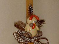 fourchette en bois décorative avec poule en porcelaine froide