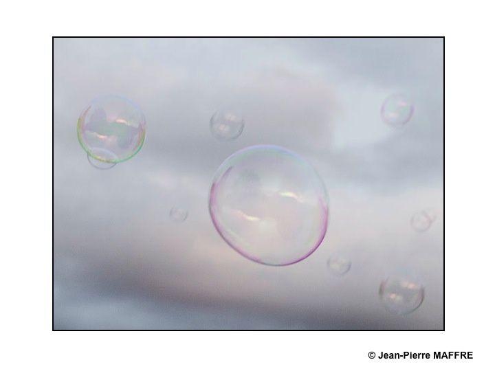 Les formes mouvantes et éphémères des bulles de savon dans le ciel ne peuvent que nous faire rêver.
