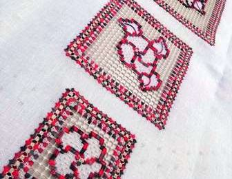 Création Sophie Brusini: Bouquets brodés pour chemin de table - Embroidered bouquets for table runner or placemat