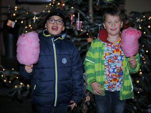 Zuckerwatte, Popcorn und Süßigkeiten der Firma Jost auf dem Kirchplatz