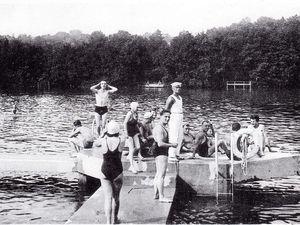 Le nouveau plongeoir et le maître nageur : M. Patin ; Ponton de la nouvelle baignade (Cliquez pour agrandir)