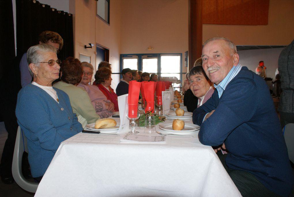Les aînés de Bessans ont partagé le repas proposé par la Commune de Bessans par l'intermédiaire du CCAS.  Photos : J.Tracq