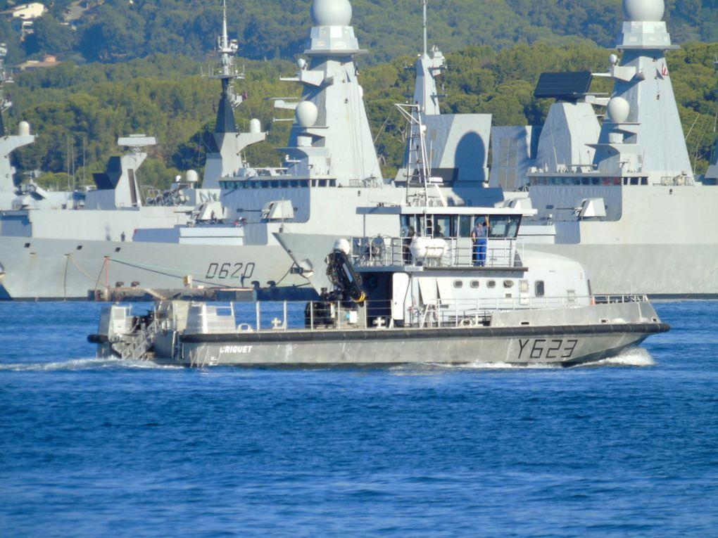 CRIQUET  Y 623 , chaland multi missions (CMM) en petite rade de Toulon le 20 aout 2020
