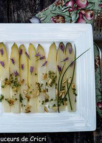 Asperges blanches vinaigrette à la truffe et aux pignons de pin