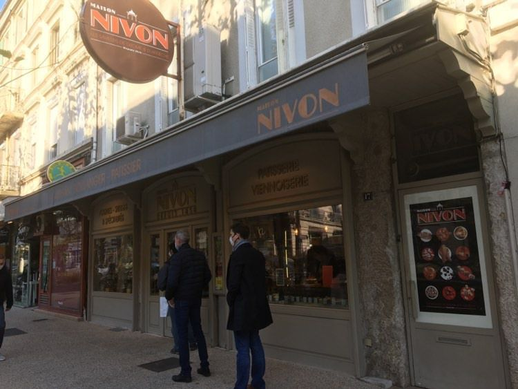 Valence : Attente devant la maison Nivon