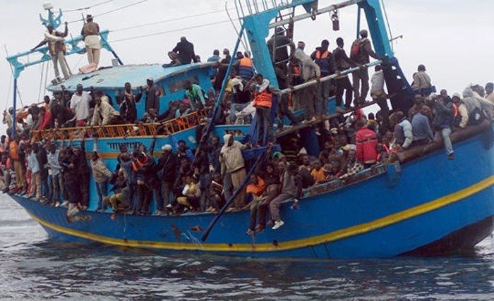 Photo prise par la marine italienne, en juin 2014, d'un navire de migrants à la dérive sur la Méditerranée. Le bateau transportait près de 600 personnes. Et photo : Leaders on Monday, May 4th 2015, 12:47:00