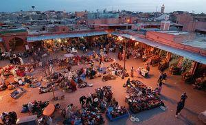 Il ne viendrait pas à l'idée de Jean-Marc Pujol de fermer 4 jours sur 7 le marché de La Place Jamaâ El Fna, Marrakech au MarocLa Place Jamaâ El Fna,  ,près duquel, il a son ryad!
