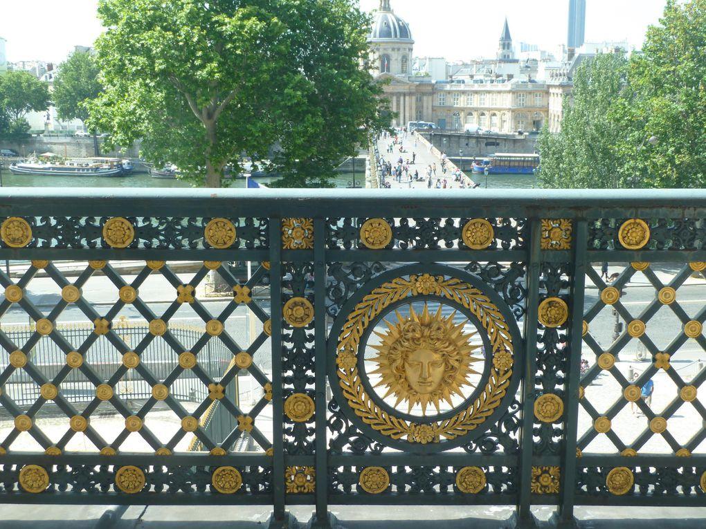 Le musée du Louvre et la passerelle des Arts.