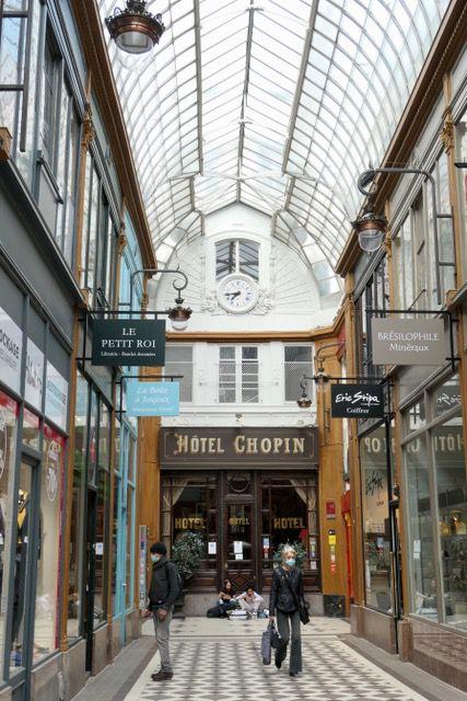 Nous voici dans le passage des Panoramas, dans ce passage de nombreux petits restaurants et la sortie du théâtre des Variétés