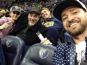 Photos: Justin et sa grand-mère au match des Grizzlies (7/12/2014)