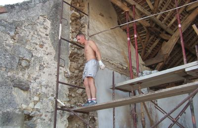 échafaudage devant pignon pour continuer à monter le mur en parpaings!