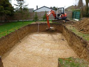 Préparation du terrain pour le terrassement de la piscine