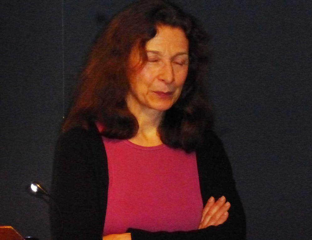 Une lectrice au visage très expressif durant ses différentes lectures