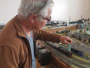 Xavier teste un nouveau système de production de fumée sur une loco vapeur