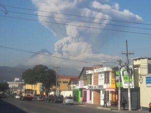 Santiaguito  développement du panache éruptif  du 14.05.2016 - un clic pour agrandir - photos de droite à gauche et de haut en bas par Stereo 100 Noticias - J. Catalán vía @stereo100xela - RT @Rigogonzalez 79 / Twitter