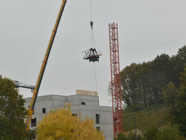 Déplacements de grues sur le chantier de l'EHPAD des Oiseaux à Penhars