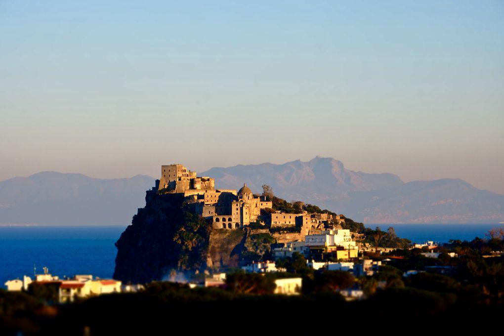 """Ici il y a un peu de tout, un condensé de mon séjour avec Sant'Angelo du bout de la lorgnette, un parfum de bonheur dans les rues, le phare de  Punta Imperatore qui m'a valu la crainte des Carabinieri, le rocher en forme de champignon """"Fungo Di Lacco Ameno"""", la couleur des agrumes, celle du Soleil et de la Joie, le Château Aragonese et les sources d'eau chaude (Sorgeto)......."""