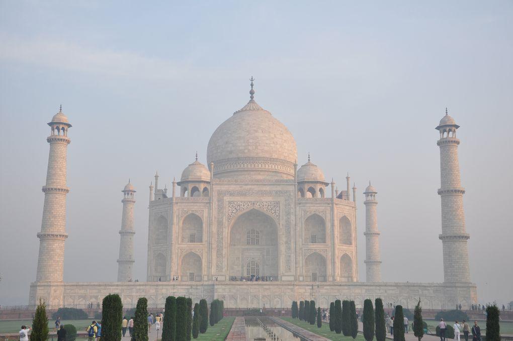 Notre découverte du Taj Mahal, monument érigé par ShahJahan pour da défunte et adorée épouse Muntaz Mahal,morte à la naissance de leur 13 ième enfant.