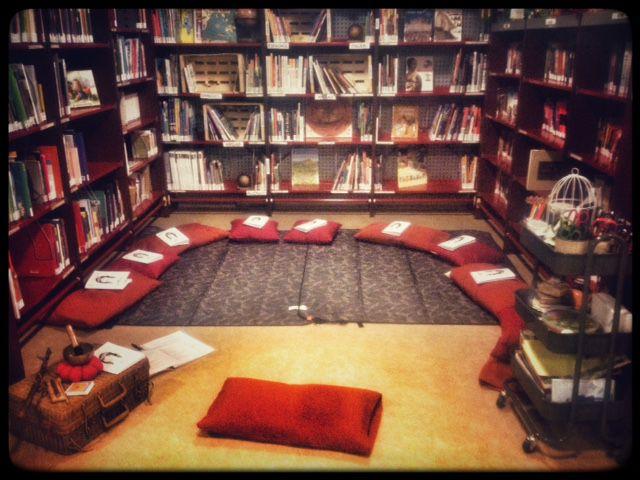 Utiliser le sol, les tables, avec ou sans tapis, coussins ou doudous... Aménager un coin relaxation...