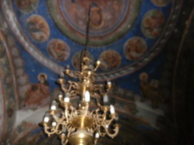 monastère de Cotmeana, en allant vers Sibiu, des parfums de roses  variés et très marqués, construit au XIV ème siècle , un des plus anciens de Valachie, cloche de 1385.Après la rose blanche et rouge la nouvelle église et ses peintures
