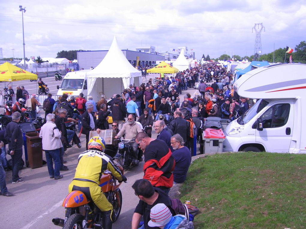 Photos padoocks Coupes Moto-Legende 2013  Dijon Prenois Démonstration piste motos et sides