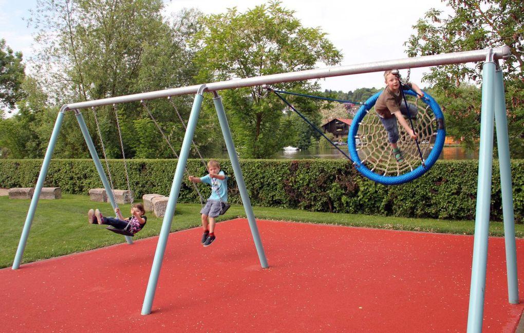 """↵ Als """"Spielparadies für Kinder bis 14 Jahre"""" präsentiert sich seit 2011 der von der Gemeinde für 174.000 Euro angelegte Aktiv-Spielplatz an der Mainlände (alle Fotos: Dieter Gürz - entstanden bei der Einweihung)."""