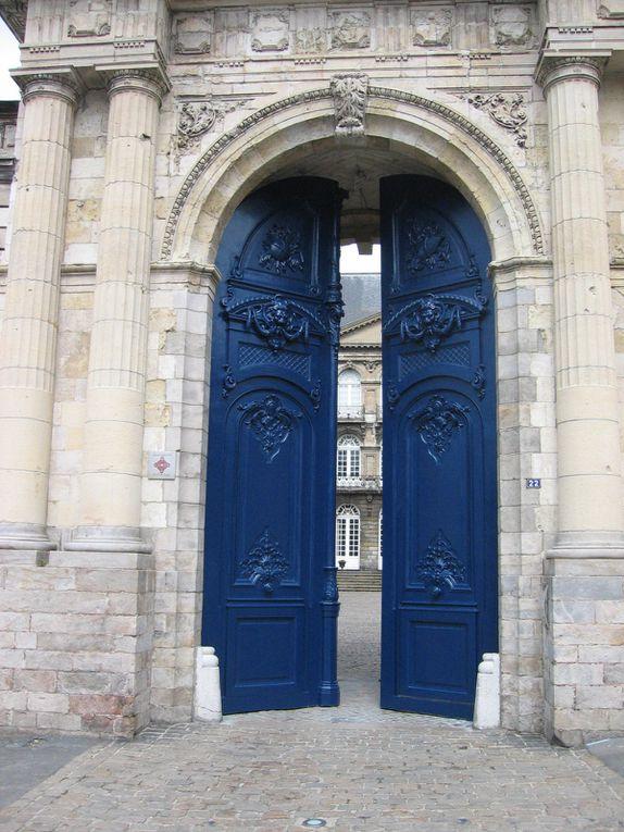 La porte monumentale de l'abbaye Saint-Vaast n'a pas été touchée par les bombardements. Elle fut édifiée par l'architecte départemental et diocésain François Epellet ; les sculptures sont l'œuvre des frères Duthoit, ornemantalistes. (photo d'époque, source : Section photographique de l'armée / bibliothèque numérique de Lyon)