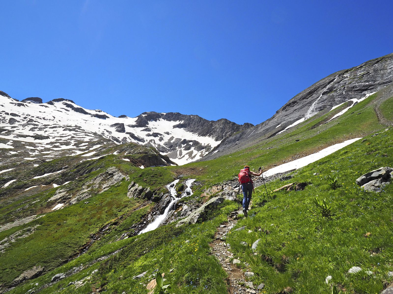 Le refuge se trouve au pied du mamelon à gauche du centre de la photo. On peut lui rendre visite, mais notre itinéraire part ici à droite. À gauche, le Rochail (3022 m).