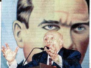 """Necmettin Erbakan, président du parti islamiste Refah, """"surveillé"""" par Atatürk peu avant son accession au pouvoir (photo Yeni Yüzyıl, 28 avril 1996). A droite, Süleyman Demirel, président de la république, est lui aussi """"sous protection"""" (19 septembre 1998, photo Agence Anatolie)"""