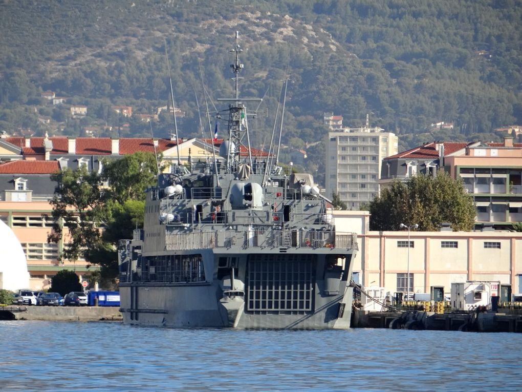 KALAAT BENI HAMMAD  472 , navire amphibie de la marine algérienne  à quai à Toulon le 15 septembre 2017