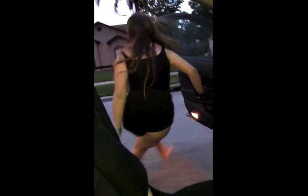 Sors de la voiture en cours et danse. Le nouveau défi viral de l'internet